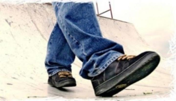 58bb7bf083b Fotografie zobrazující pánskou obuv při chůzi